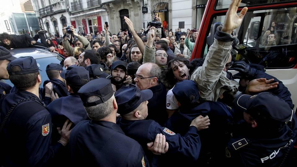Empêchement d'une expulsion à La Corogne, septembre 2014. © Gustavo Rivas, La Voz de Galicia.